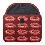 Lápiz labial rojo del beso de los labios funda para macbooks