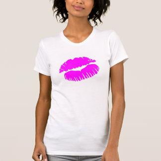 Lápiz labial rosado de los labios del beso playera
