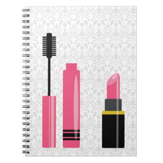 Lápiz labial y rimel lindos del rosa del maquillaj cuaderno