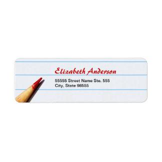 Lápiz rojo del profesor en el papel alineado con n etiqueta de remitente