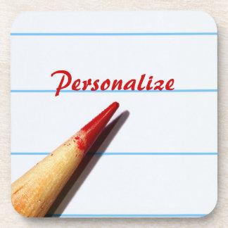 Lápiz rojo del profesor en el papel alineado con n posavasos