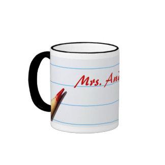Lápiz rojo del profesor en el papel alineado con taza a dos colores