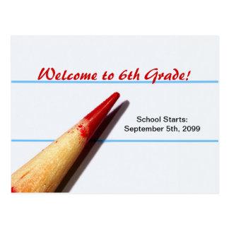 Lápiz rojo del profesor en el papel alineado de nu tarjetas postales