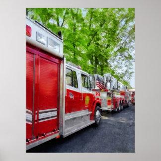 Larga cola de coches de bomberos póster