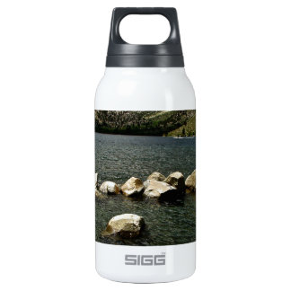 LARGE GRANITE BOULDERS IN A MOUNTAIN LAKE INSULATED WATER BOTTLE