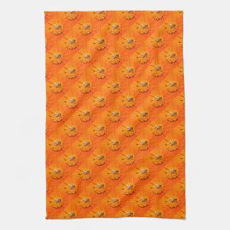 las abejas en el naranja florecen la toalla