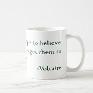Las absurdidades y las atrocidades de Voltaire Taza Clásica