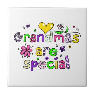 Las abuelas son especiales azulejo cuadrado pequeño