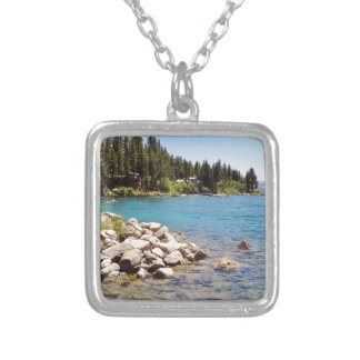 Las aguas claras del lago Tahoe con las montañas Colgante Cuadrado