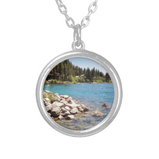 Las aguas claras del lago Tahoe con las montañas Colgante Redondo