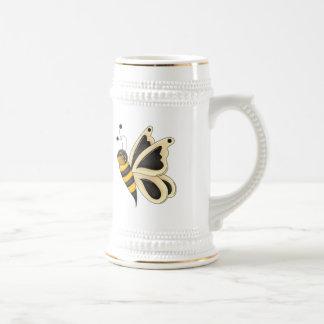 Las alas de la mariposa manosean la abeja jarra de cerveza