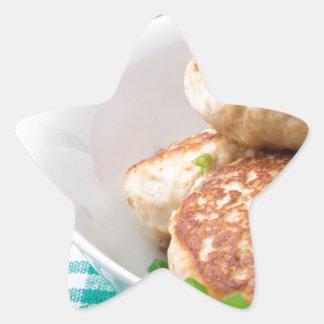 Las albóndigas hechas en casa se cierran para pegatina en forma de estrella
