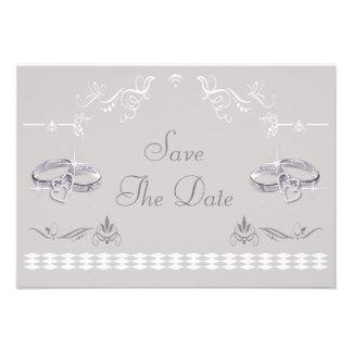 Las alianzas de boda y los corazones brillantes ah invitacion personalizada