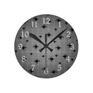 Las arañas de Halloween en gris se descoloraron da Reloj Redondo Mediano