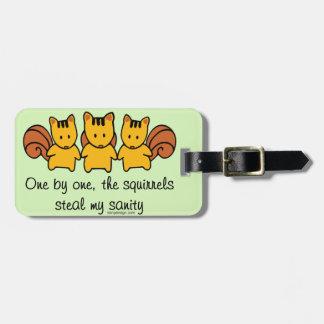 Las ardillas roban mi cordura etiqueta de maleta