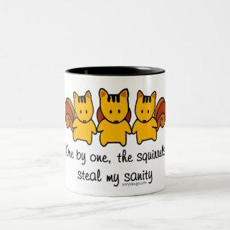 Las ardillas roban mi cordura taza de café de dos colores