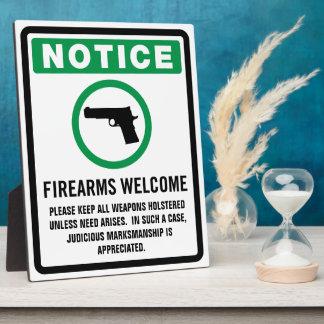 Las armas de fuego dan la bienvenida a la placa