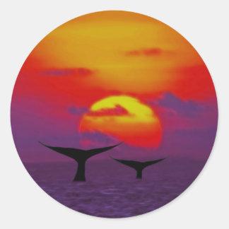 Las ballenas atan en la puesta del sol pegatinas