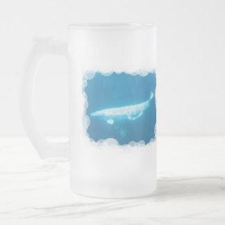 Las ballenas de la beluga de la natación helaron taza cristal mate