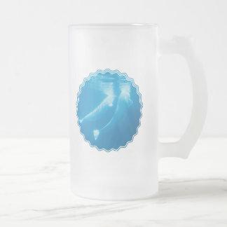 Las ballenas de la beluga helaron la taza de cerve