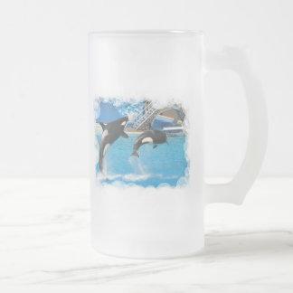 Las ballenas de la orca helaron la taza de cerveza