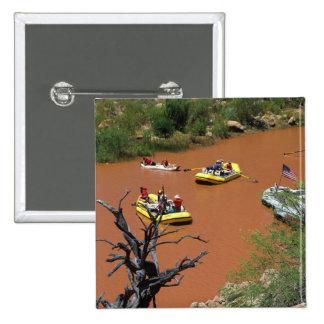 Las balsas accionadas remo dan vuelta en el río Co Pin Cuadrado