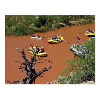 Las balsas accionadas remo dan vuelta en el río tarjetas postales