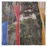 Las banderas del rezo cuelgan cerca de Taktshang Azulejo