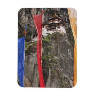 Las banderas del rezo cuelgan cerca de Taktshang Imán Rectangular