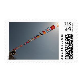 Las banderas vuelan sobre la cubierta de USS Iwo Sellos
