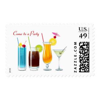 Las bebidas clasificadas de la hora feliz vienen a timbre postal