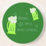 Las bebidas del día del St Patricks manan práctico Posavasos Personalizados
