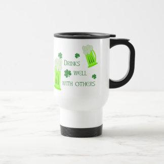Las bebidas del día del St Patricks manan taza del