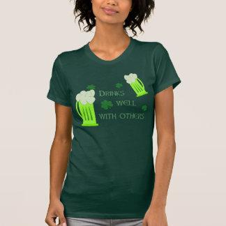 Las bebidas divertidas del día del St Patricks Camisetas