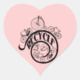 Las bicicletas del vintage reciclan la ropa y los calcomanías de corazones