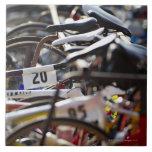 Las bicicletas en el estante en un triathlon compi azulejo cuadrado grande