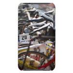 Las bicicletas en el estante en un triathlon compi barely there iPod coberturas