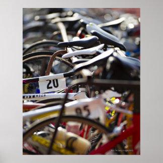 Las bicicletas en el estante en un triathlon compi impresiones