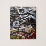 Las bicicletas en el estante en un triathlon compi rompecabezas con fotos