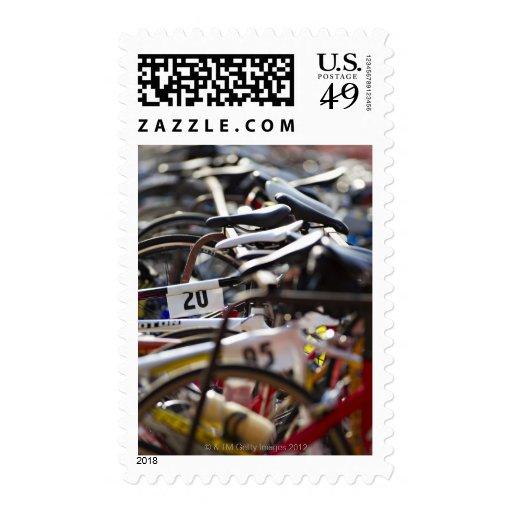 Las bicicletas en el estante en un triathlon estampillas