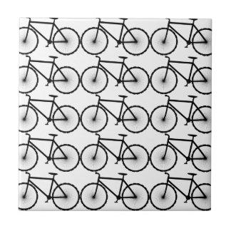 Las bicis del paseo son diversión van el paseo uno azulejo cuadrado pequeño