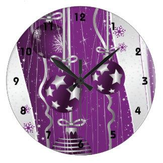 Las bolas púrpuras grises del navidad protagoniza reloj