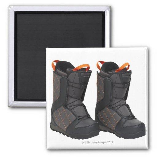 Las botas de la snowboard en el fondo blanco, cort imán cuadrado