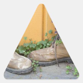 Las botas recicladas hacen buenos plantadores pegatina triangular