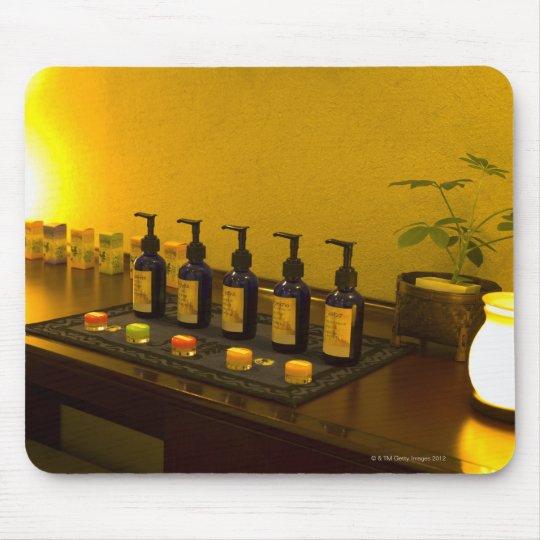 Las botellas de aromatherapy engrasan en el salón alfombrillas de ratón