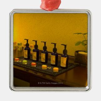 Las botellas de aromatherapy engrasan en el salón adorno cuadrado plateado