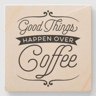 Las buenas cosas suceden sobre el café posavasos de piedra