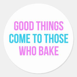 Las buenas cosas vienen a las que cuezan pegatina redonda