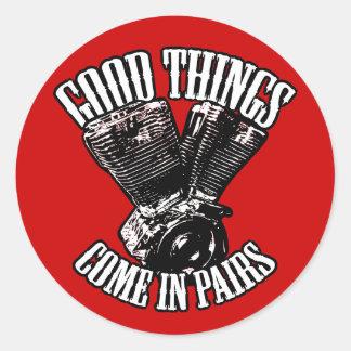 Las buenas cosas vienen en pares pegatina redonda