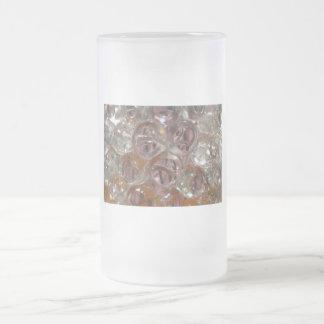 Las burbujas, gotas del agua se cierran encima de jarra de cerveza esmerilada